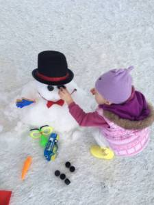 All the accessories are provided to decorate the snowmen!